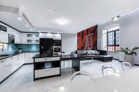 moderne weiße wohnung mit offener küche und wohnzimmer