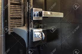 türgriff und schloss auf glas badezimmertür