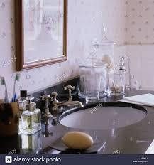 waschbecken im traditionell englischen badezimmer mit