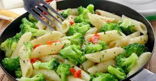 cuisiner le brocolis recette de pâtes aux brocolis et poivrons rouges