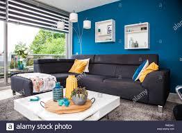 modernes wohnzimmer mit sofa und gelben und blauen farben