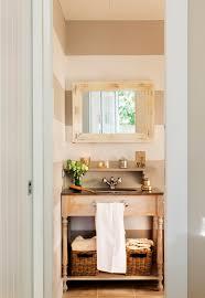 Ba±o con pared a rayas horizontales mueble bajolavabo de madera