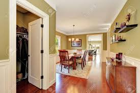 brown und olivtöne esszimmer interieur große holztisch für sechs personen offene tür zum schrank northwest usa