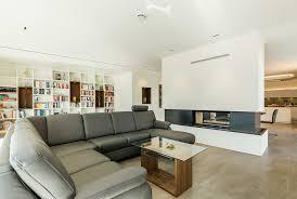 offener wohn und essbereich mit kaminblock als raumteiler
