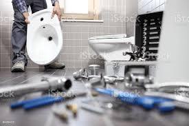 klempner bei der arbeit in einem badezimmer sanitärreparaturservice montieren und installieren konzept stockfoto und mehr bilder abfluss