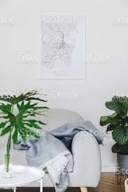 stilvolle nordische wohnzimmer mit design sofa decke und schönen pflanzen mockup titelframe auf der weißen wand braune holzparkett konzept der