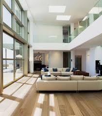 ein großzügiges wohnzimmer mit landhausdielen ein heller