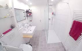 modernes badezimmer mit bodengleicher duschfläche bettefloor