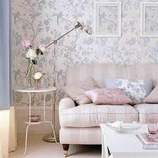 ein rosa sofa ein weißer tisch gemusterte wände eine