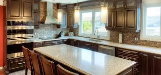 quartz cuisine cuisine classique foncée avec comptoirs de quartz