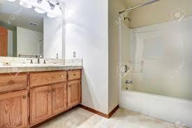 geräumiges badezimmer innenraum mit badewanne holzschrank mit spiegel