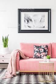 florale kissen und decke auf rosa im wohnzimmer interieur mit poster und pflanze echtes foto stockfoto und mehr bilder blume