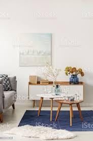 hellblau und grau abstrakte malerei auf leeren weißen wand stilvolle wohnzimmer stockfoto und mehr bilder abstrakt