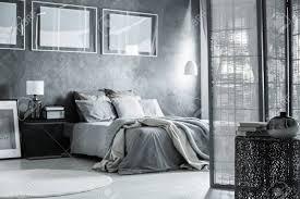 skandinavisches apartment mit grauem schlafzimmer dekor raumteiler und minimalistischen möbeln