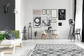 schwarz weiß wände im geräumigen wohnzimmer mit esstisch