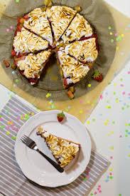 erdbeer rhabarber kuchen mit baiser haube in die küche