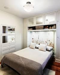 kleines schlafzimmer einrichten regale über bett kleines