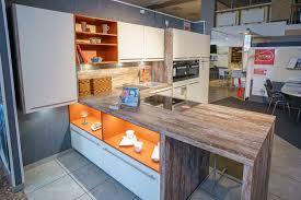 küchen faszination in weiß mit orange farbigen akzenten