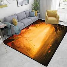 de gestreifter teppich unter dem tisch