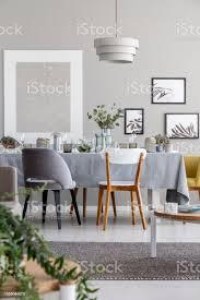 le über stühle und tisch in grau esszimmer interieur mit mockup und plakate echtes foto stockfoto und mehr bilder blume