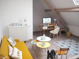 bureau coloré coin bureau sous les combles canapé jaune moutarde et poutres