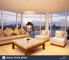 wohnzimmer mit holzfußboden couchtisch und sofa und stühlen