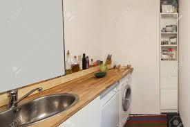 innenraum eines studio apartment waschmaschine und geschirrspüler