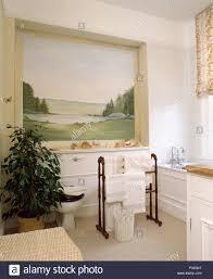 große landschaft wandbild in der nische über badewanne im