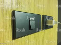 nah bis der finger ist einschalten oder licht ausschalten outlet steckdosen und schalter an wand im wohnzimmer elektrische konzept gelbe wand