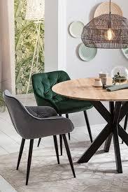 schicke sitzgruppe im industrial design runder esstisch