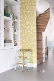 wohnzimmer tapete blumenmuster im skandinavischen stil ockergelb und weiß 139086