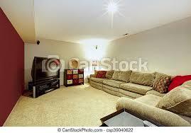 wohnzimmer mit beige sofa teppichboden und roter wand