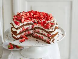 erdbeer blechkuchen mit joghurtcreme und baiser