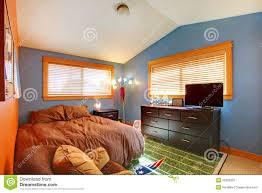 biy schlafzimmer der kinder mit blau und braun stockbild