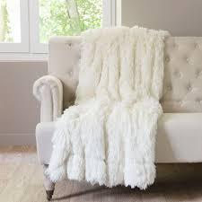 plaids fausse fourrure pour canapé plaid en fausse fourrure blanc val thorens maisons du monde