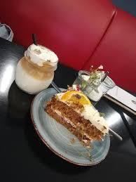 iced latte carrot cake bild kaffee kuchen köln