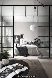 glaswand zwischen schlafzimmer und wohnzimmer in einer m