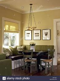 traditionelle gelb esszimmer ecke sitzbänke tisch stühle