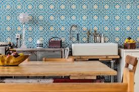 cuisine a l ancienne crédence carreaux de ciment à l ancienne bleus mosaic sur