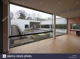 blick vom wohnzimmer auf die hängenden gärten villa savoye