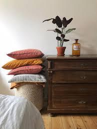 schlafzimmer kissenturm kissen kommode farben