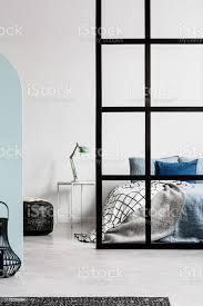 offene schlafzimmer innenmit trennwand mit pfosten und mintle auf nachttisch neben kingsizebett stockfoto und mehr bilder aufgeräumter raum