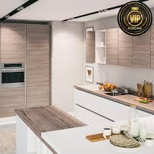 moderne landhausküche calypso offene küche mit kochinsel und theke hellgraues holz weiß mit patina