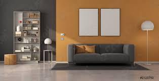 foto auf lager modernes wohnzimmer mit grauem sofa und bücherregal