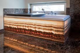 badezimmer mit hinterleuchteten onyx naturstein meißner