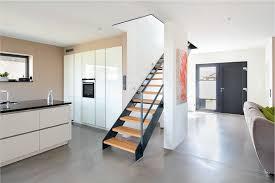 offener wohnbereich mit treppe einer modernen stadtvilla