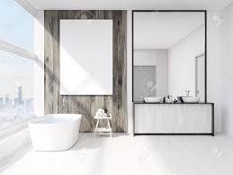 badezimmer interieur mit spiegel badewanne tisch mit handtüchern und waschbecken großes vertikales plakat auf wand panoramisches fenster