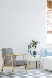 schwarz weiß sessel stehend in weißen schlafzimmer interieur mit foto bialasiewicz auf envato elements
