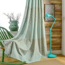 landhaus vorhang grün baumzweige muster im wohnzimmer