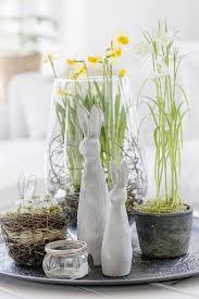 erste osterdeko gefüllte tulpen und eine frühlingsgirlande